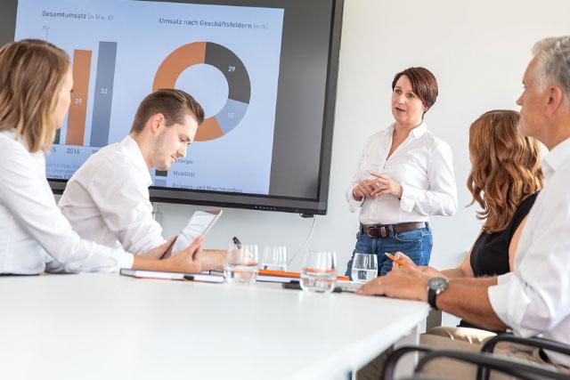 Die Mitarbeiter der Atlas Titan GmbH in einer Präsentation.