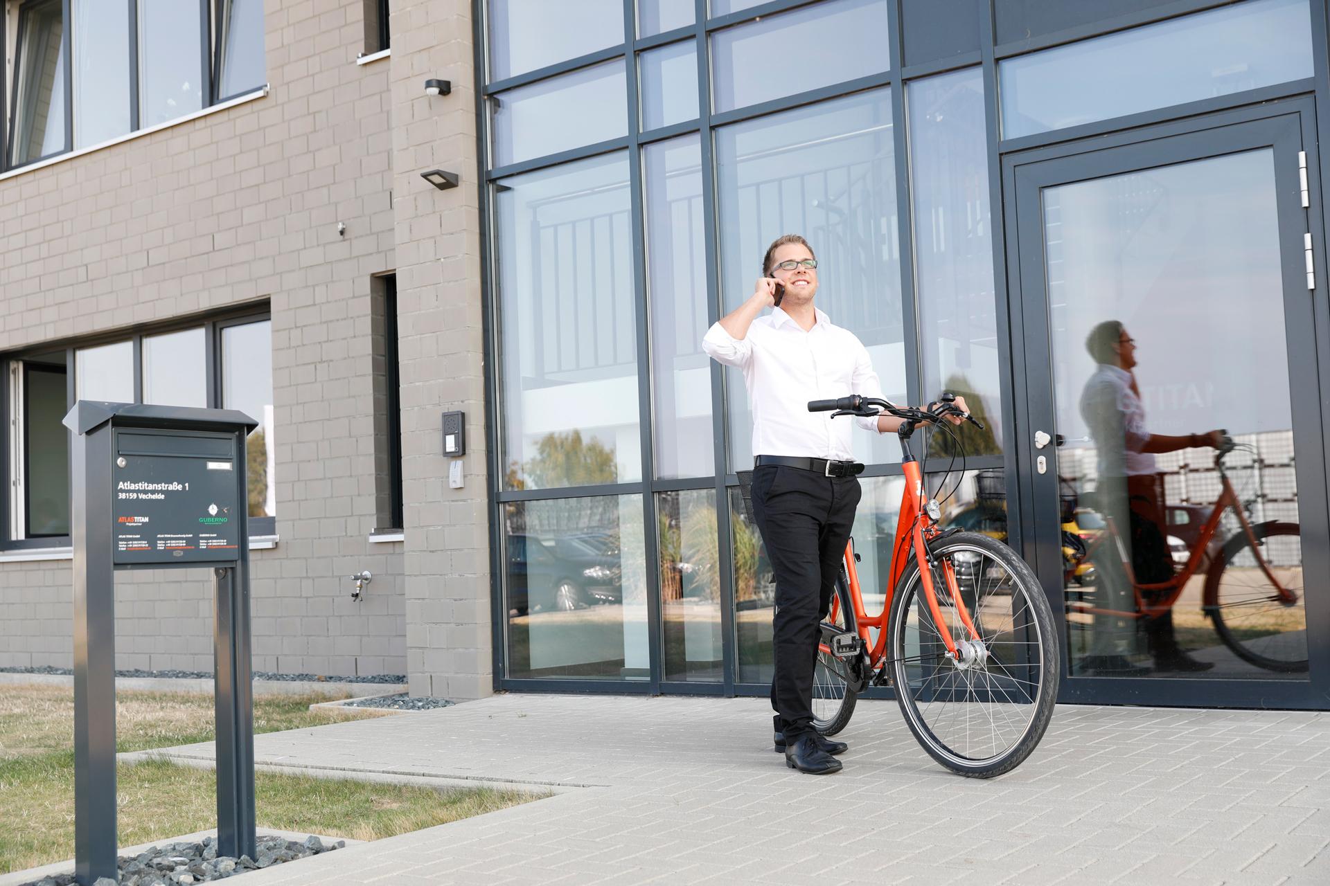 Tobias Müller vor dem Atlas Titan Gebäude in Braunschweig.